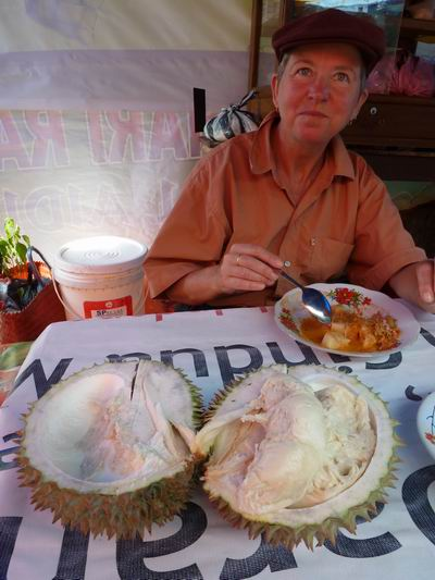 Durian essen in Sumatra